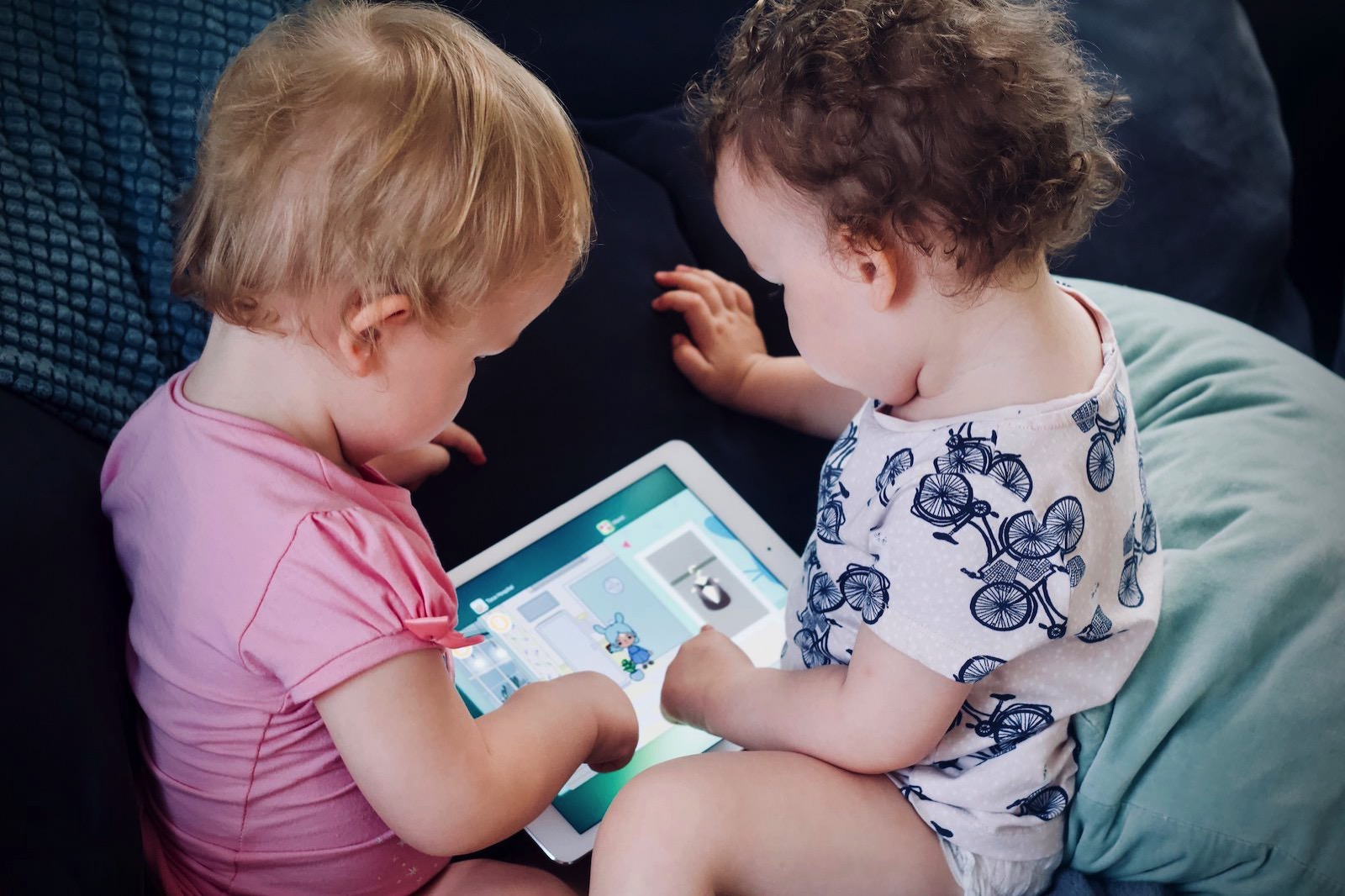 Jelleke vanooteghem 386022 unsplash kids playing with ipad