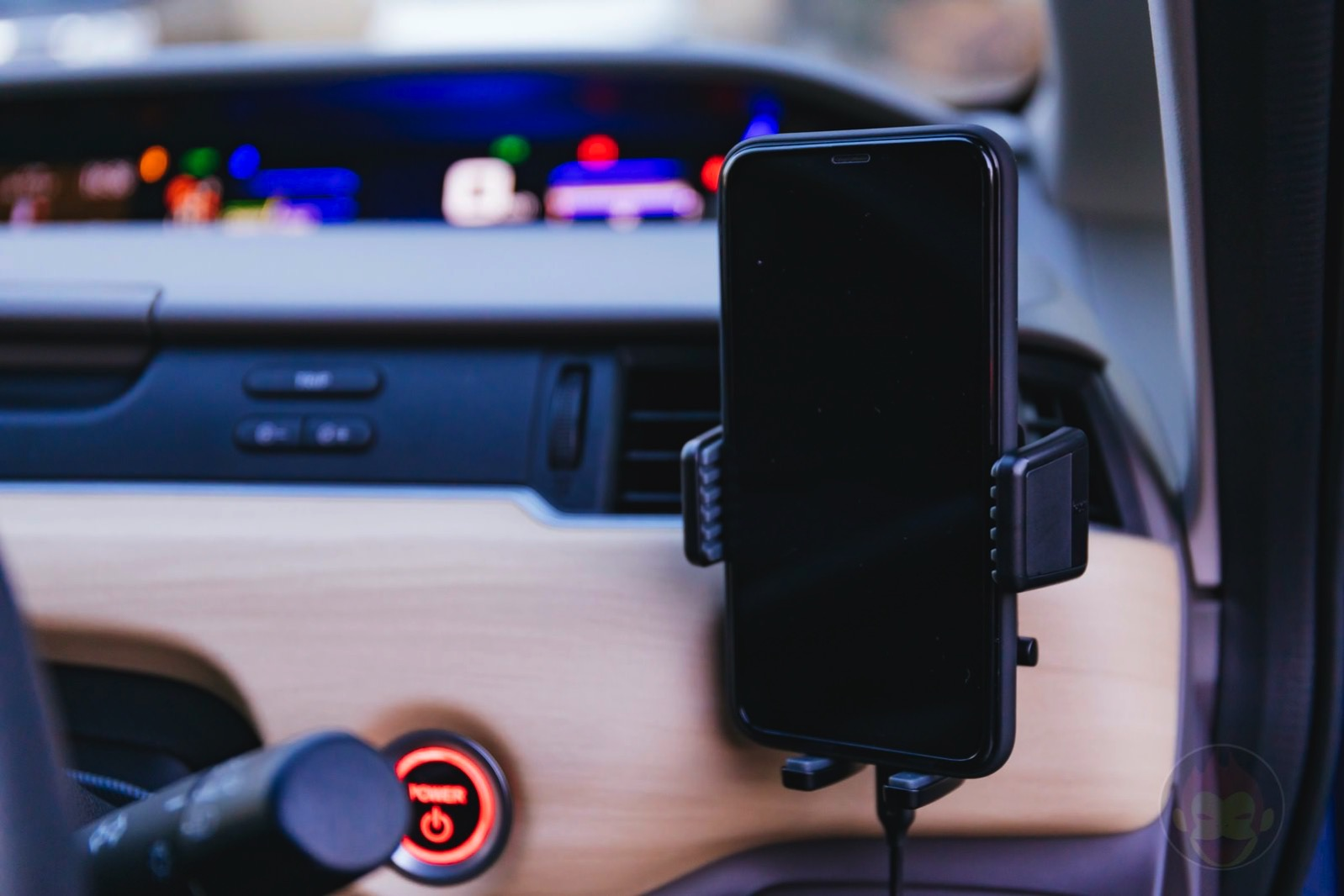 Anker-PowerWave-7_5-Car-Mount-05.jpg
