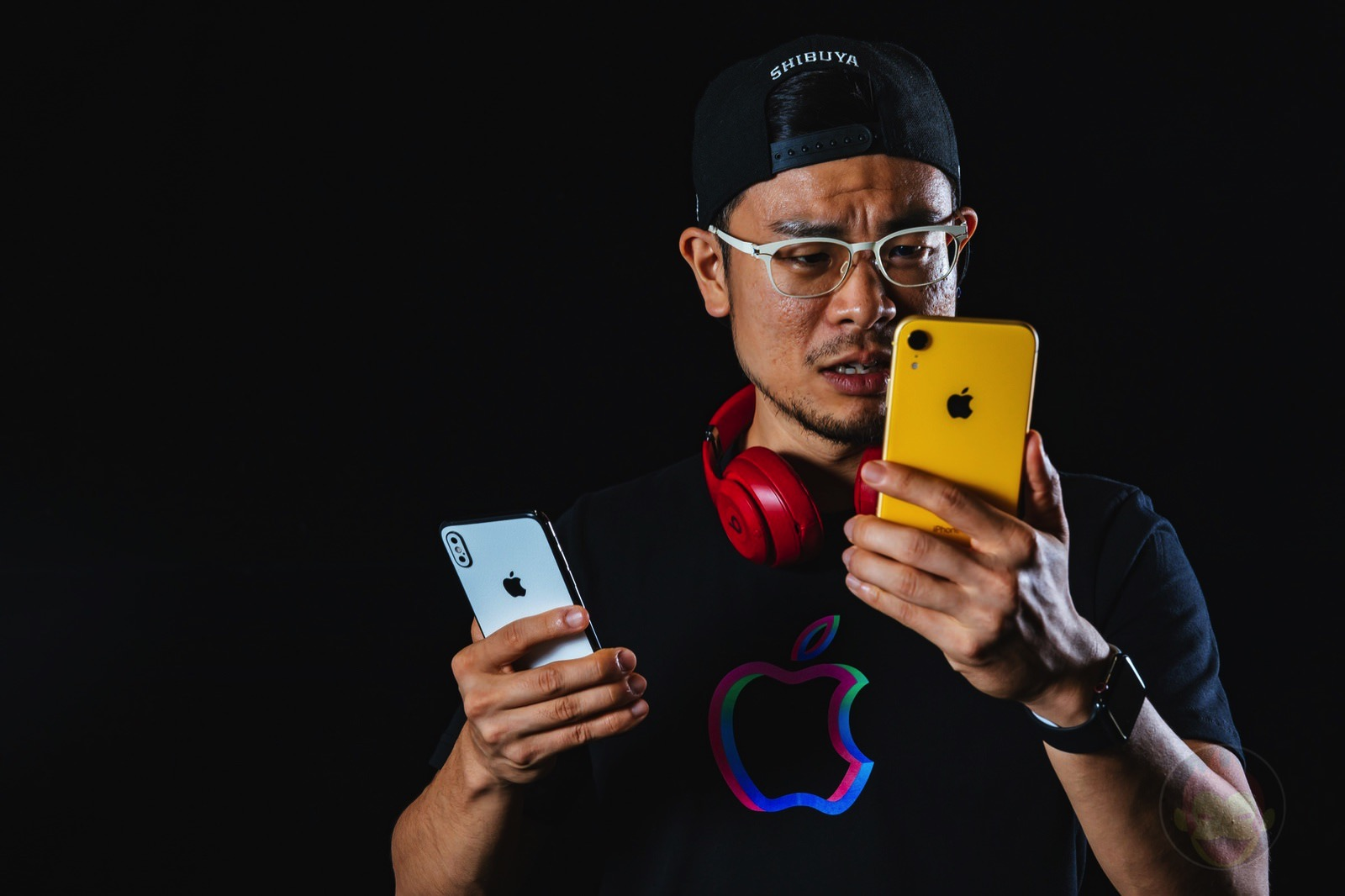 Holding iPhoneXS and iPhoneXR 01