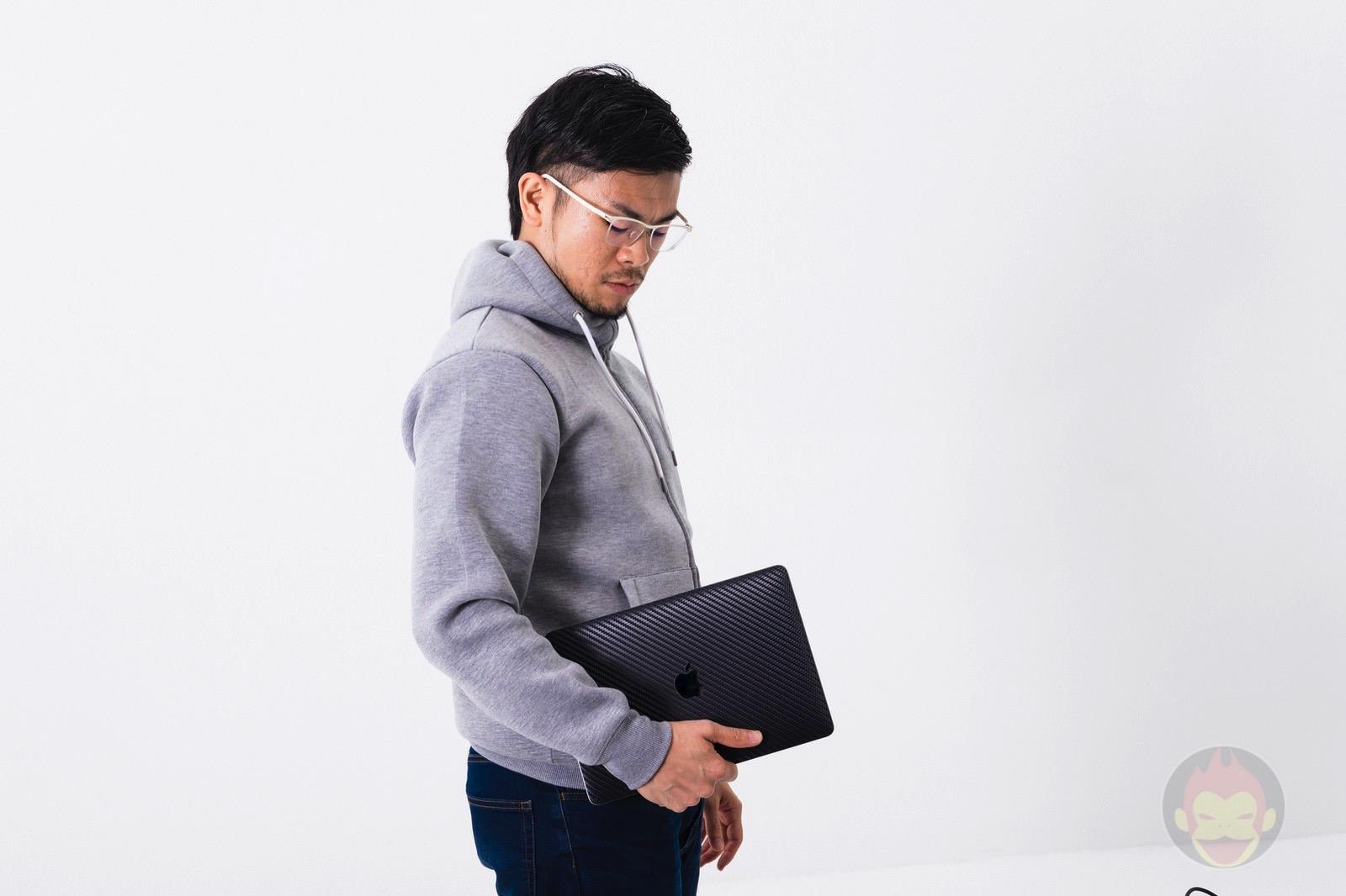 Holding-my-MacBook-Pro-2018-01.jpg