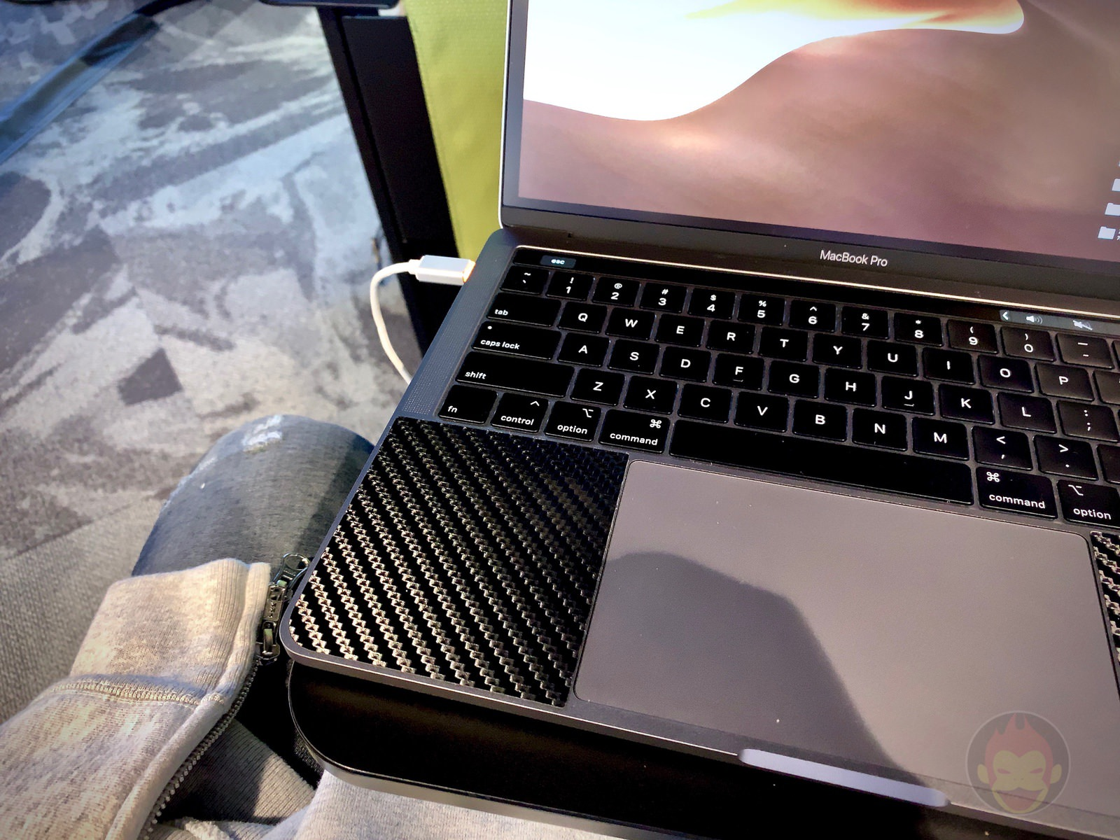 MacBook Pro(2018) On Small Table 01