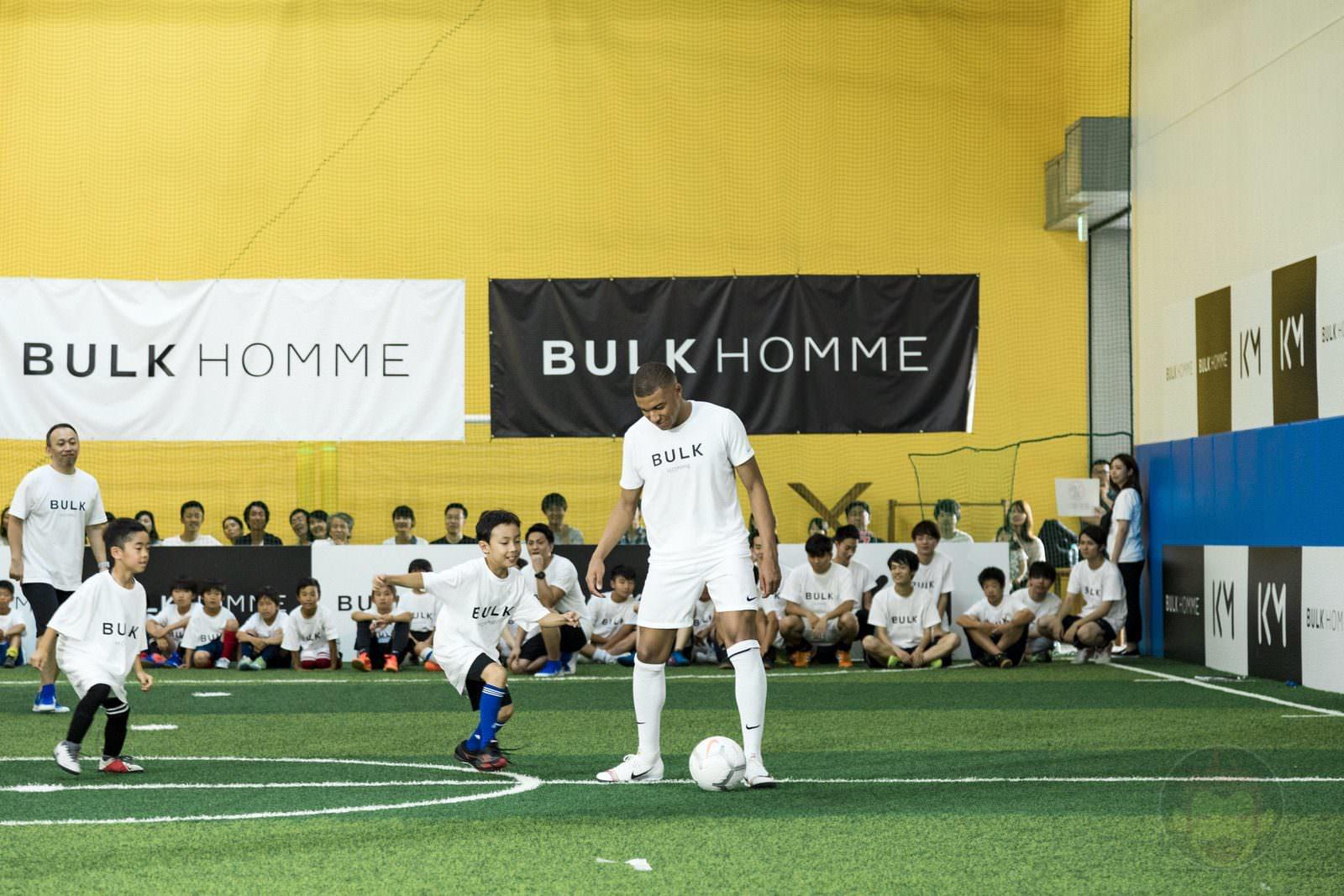 Kylian Mbappé plays soccer with kids 05
