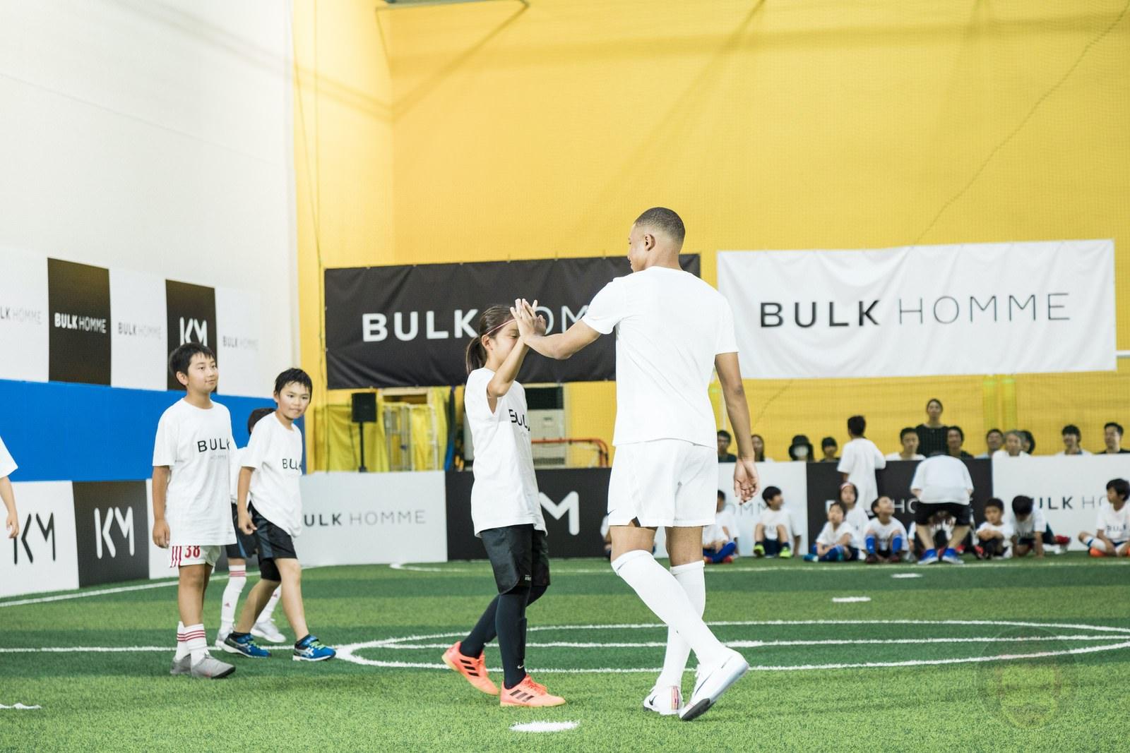 Kylian Mbappé plays soccer with kids 12