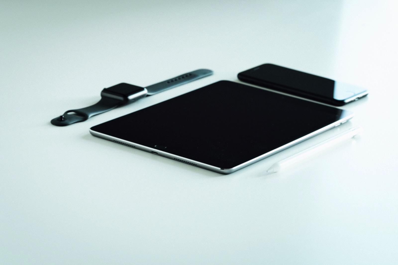 dose-media-VshMsstVAx4-unsplash-iphone-ipad-watch.jpg
