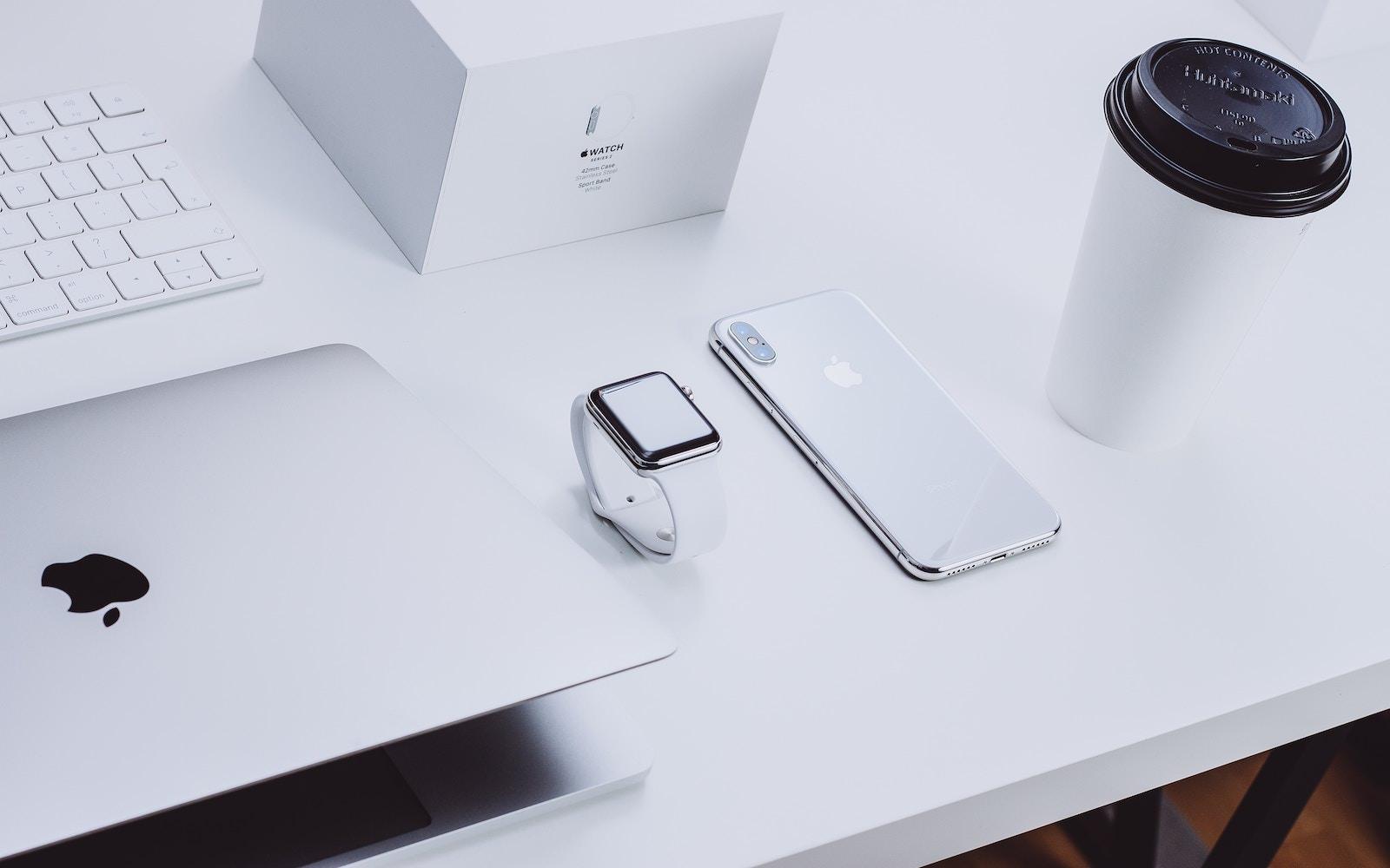 michal-kubalczyk-tdMu8W9NTnY-unsplash-apple-products.jpg
