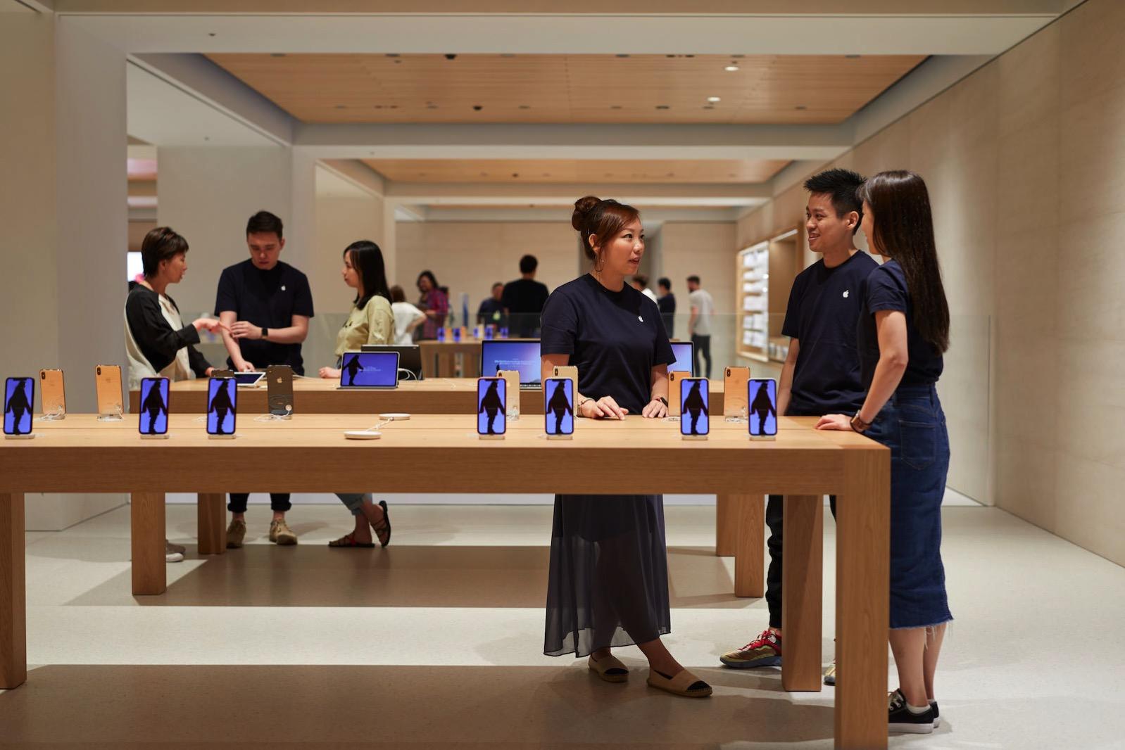 Apple-Marunouchi-opens-saturday-in-Tokyo-team-members-090419.jpg