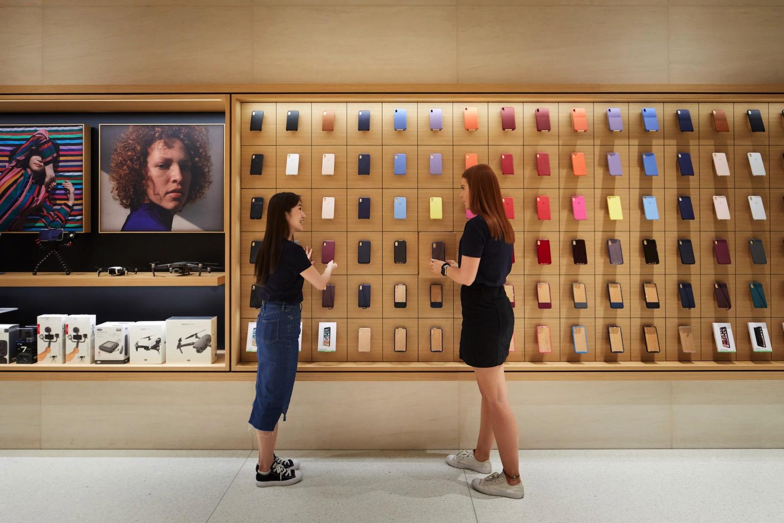 Apple-Marunouchi-opens-saturday-in-Tokyo-team-members-prep-store-090419.jpg