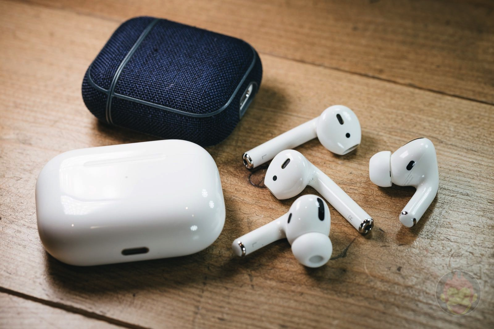 AirPods2 and AirPodsPro with Cases 01