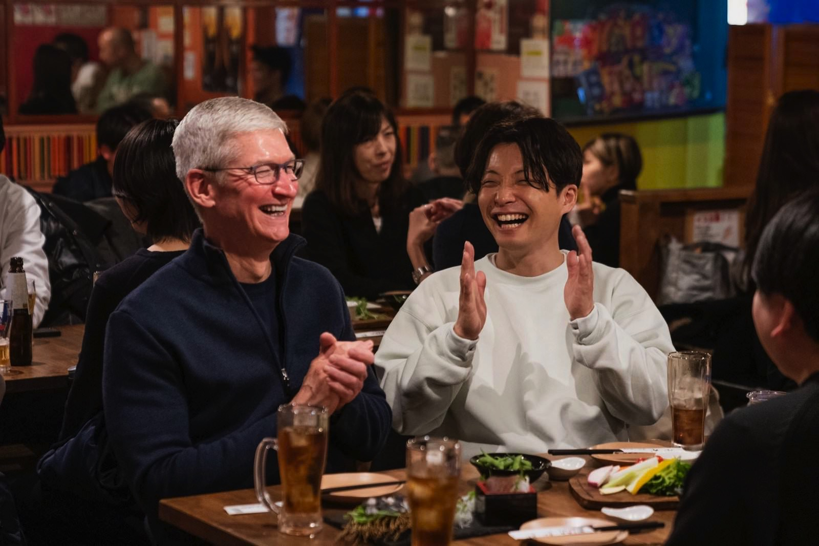 Tim Cook with Hoshino gen