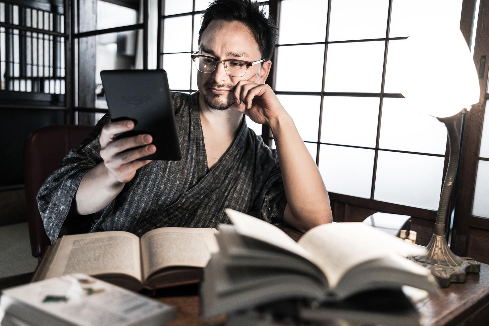Max Ezaki Reading Kindle